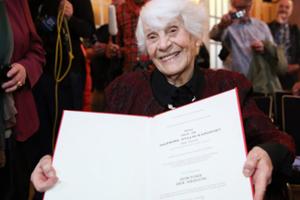 Старейшая студентка защитила докторскую в 102 года